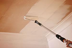 Как покрасить потолок валиком