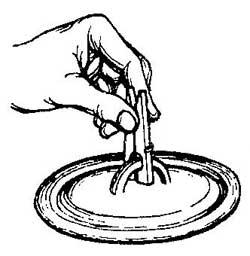 Как снимать горячую крышку кастрюли